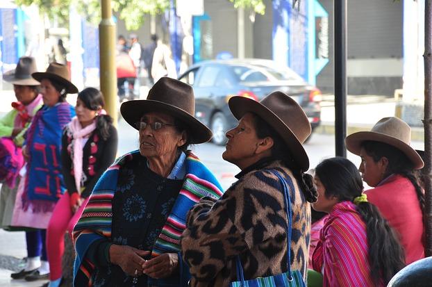 Zwei peruanische Frauen in traditioneller Kleidung