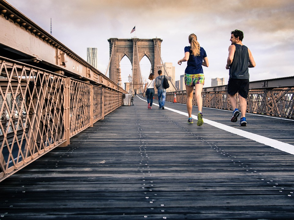 Zwei Jogger laufen nebeneinander in der Stadt