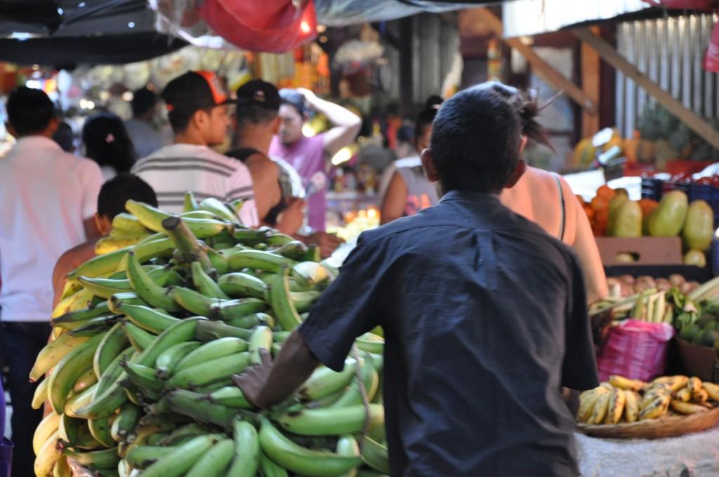 Auf dem Markt geht es bereits drunter und drüber. Bild: Ma San (Martin Seibel)