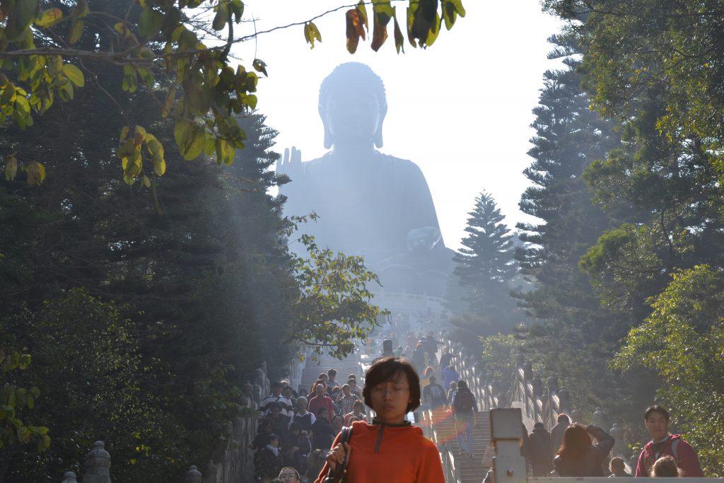 Blick auf riesigen Buddha auf Lantau Island