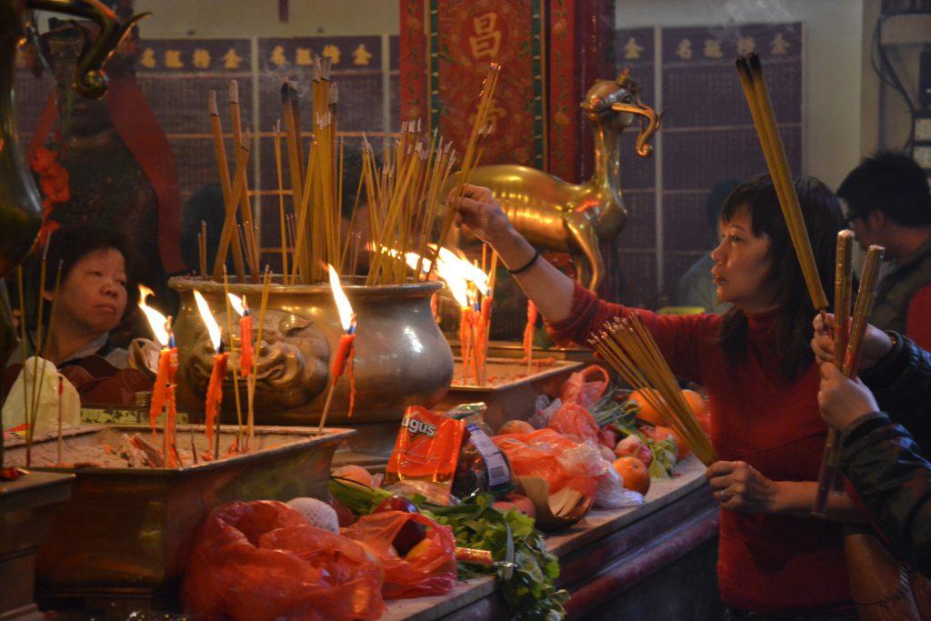 Betende in einem Tempel in Hongkong
