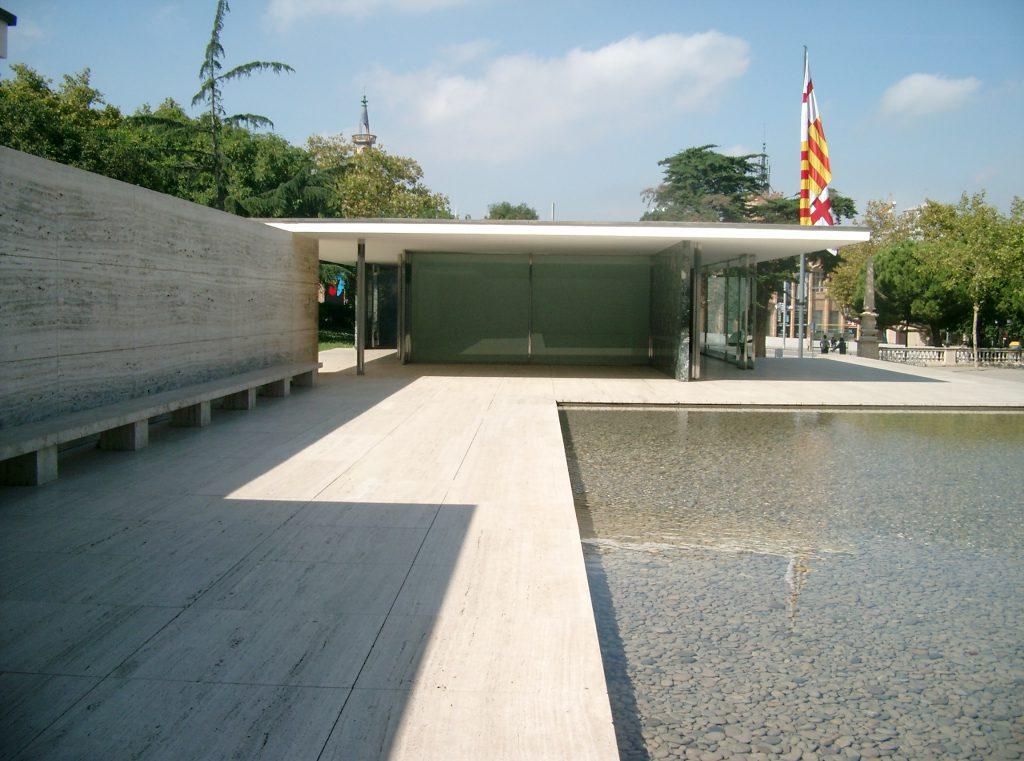 Außenansicht des Barcelona Pavillons von Mies van der Rohe in Barcelona