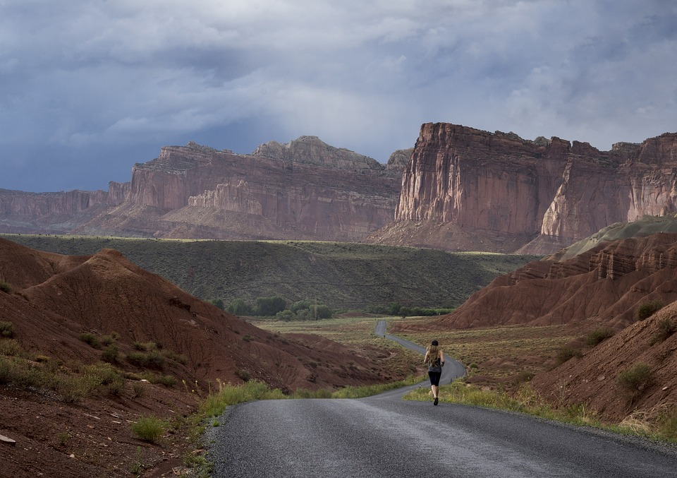 Panorama mit Läuferin für Buchrezension zu Sven Lorigs Buch 'Lässig Laufen'