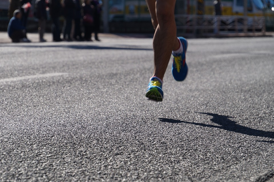 Beine eines Laeufers beim Wettkampf