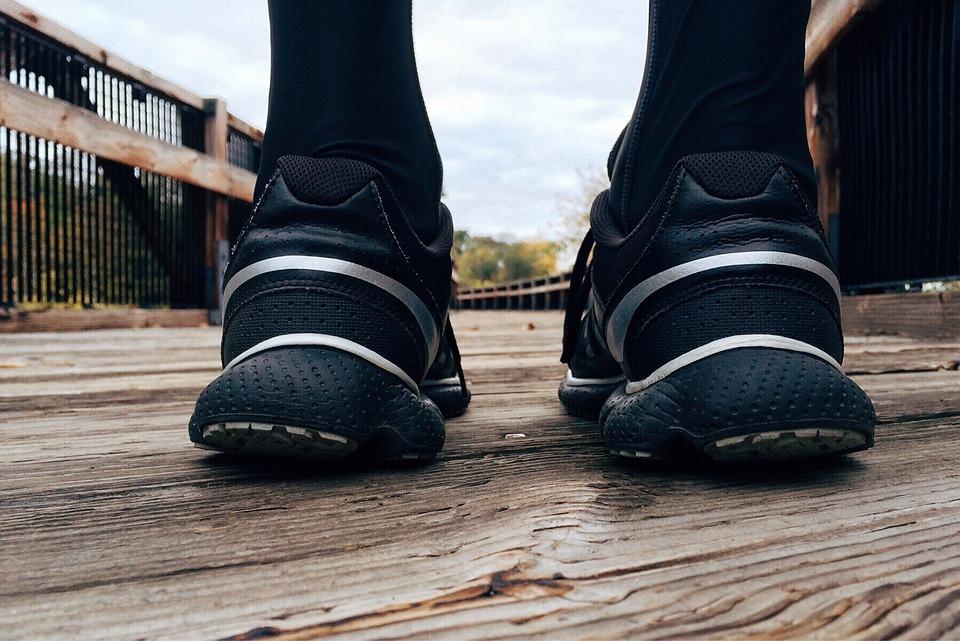 Füße einer Person mit Laufschuhen
