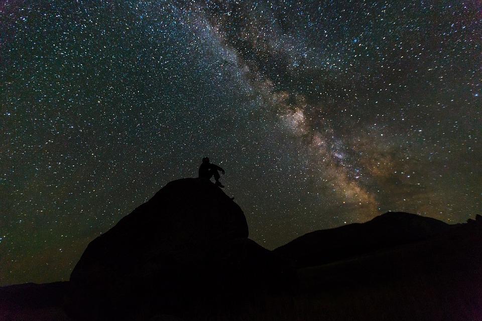 Person, die Sterne beobachtet
