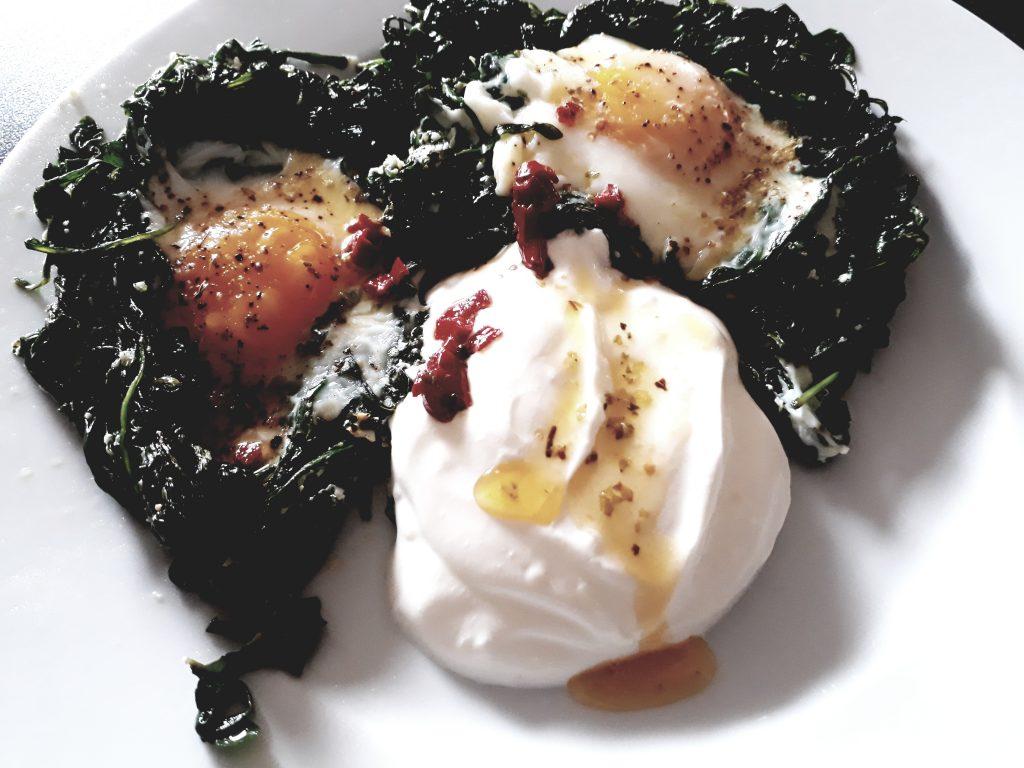 Ruccola mit Ei aus dem Backofen