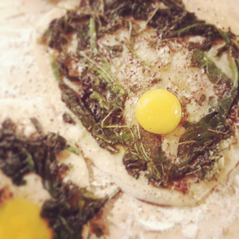 Spinat-Ruccola-Ei-Pizza mit Sumach und Zatar - Ottolenghi